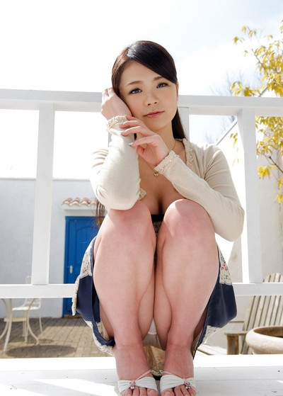 【しゃがみパンチラエロ画像】しゃがみ込んだ女の子の股間にズームインしたエロ画像! 22