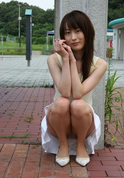 【しゃがみパンチラエロ画像】しゃがみ込んだ女の子の股間にズームインしたエロ画像! 25