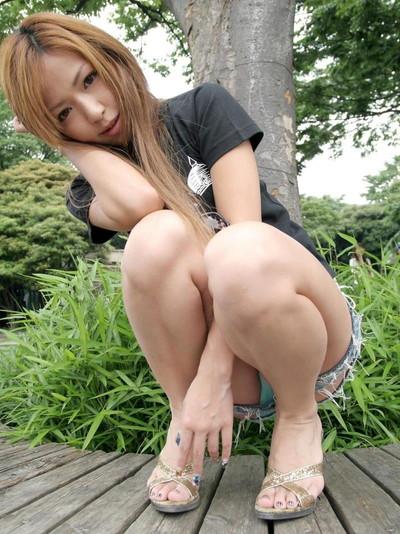 【しゃがみパンチラエロ画像】しゃがみ込んだ女の子の股間にズームインしたエロ画像! 34