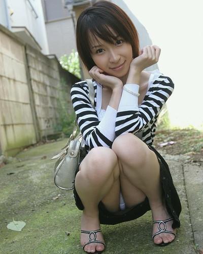 【しゃがみパンチラエロ画像】しゃがみ込んだ女の子の股間にズームインしたエロ画像! 35