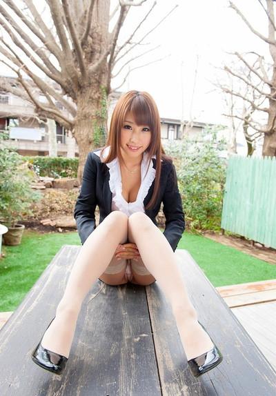 【しゃがみパンチラエロ画像】しゃがみ込んだ女の子の股間にズームインしたエロ画像! 44
