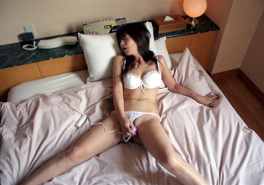 【ローターオナニーエロ画像】手軽に入手できるローターでオナニーする女たち! 12