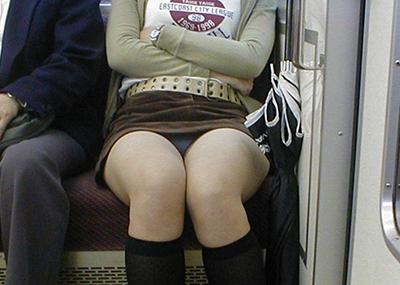 【電車内盗撮エロ画像】電車内で見つけた胸チラ、パンチラ集めてみたぞ!