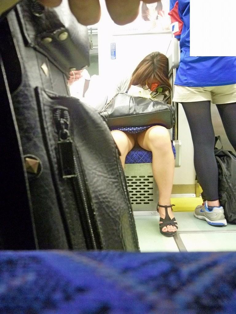 【電車内盗撮エロ画像】電車内で見つけた胸チラ、パンチラ集めてみたぞ! 03