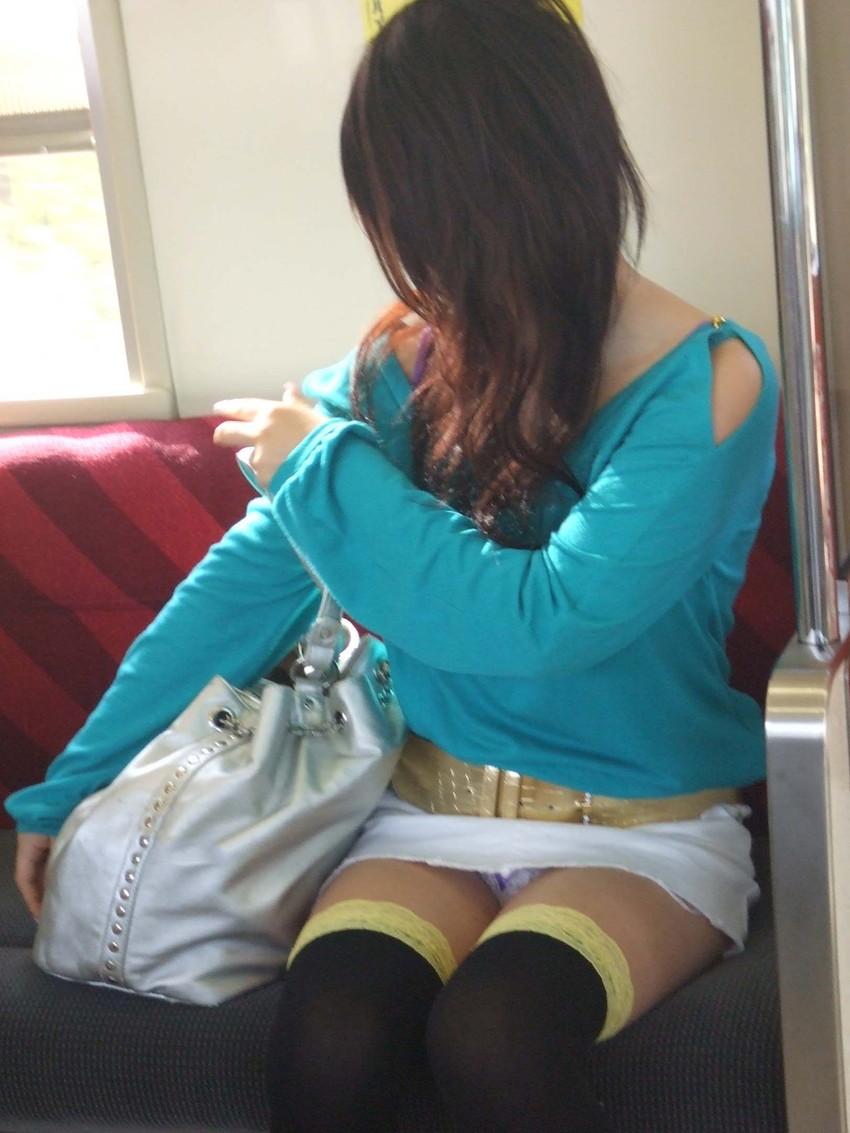 【電車内盗撮エロ画像】電車内で見つけた胸チラ、パンチラ集めてみたぞ! 09