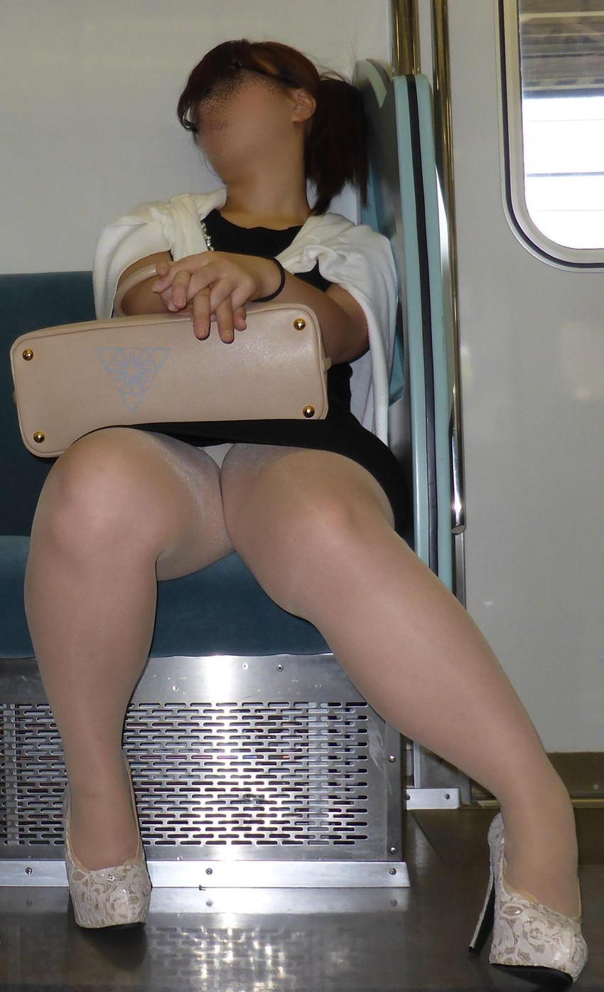 【電車内盗撮エロ画像】電車内で見つけた胸チラ、パンチラ集めてみたぞ! 13