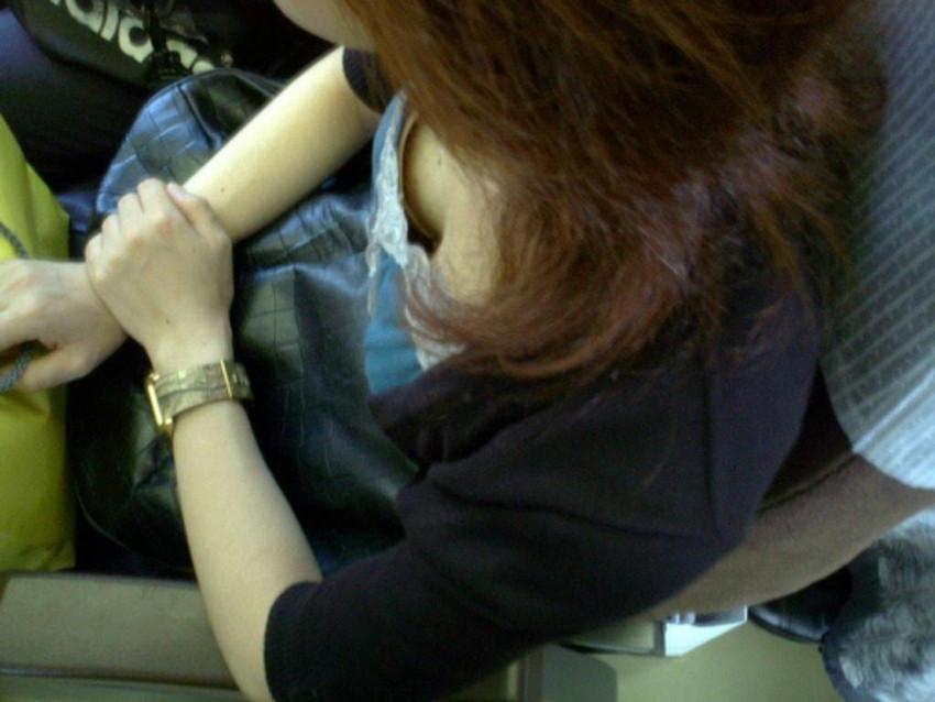 【電車内盗撮エロ画像】電車内で見つけた胸チラ、パンチラ集めてみたぞ! 19