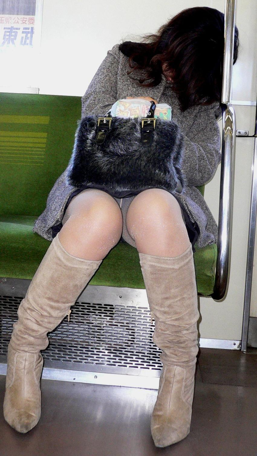 【電車内盗撮エロ画像】電車内で見つけた胸チラ、パンチラ集めてみたぞ! 25