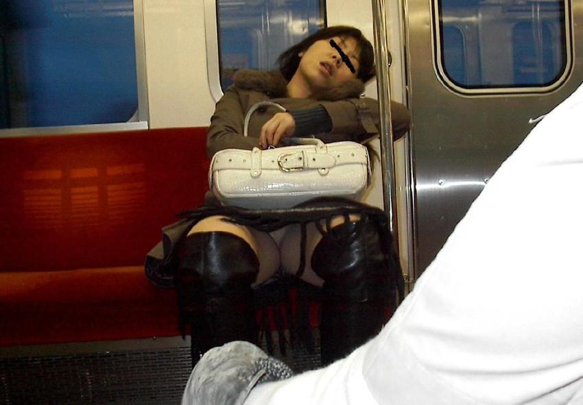 【電車内盗撮エロ画像】電車内で見つけた胸チラ、パンチラ集めてみたぞ! 28