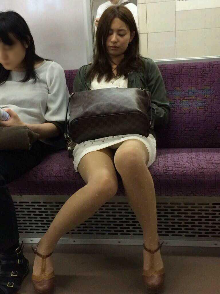 【電車内盗撮エロ画像】電車内で見つけた胸チラ、パンチラ集めてみたぞ! 33