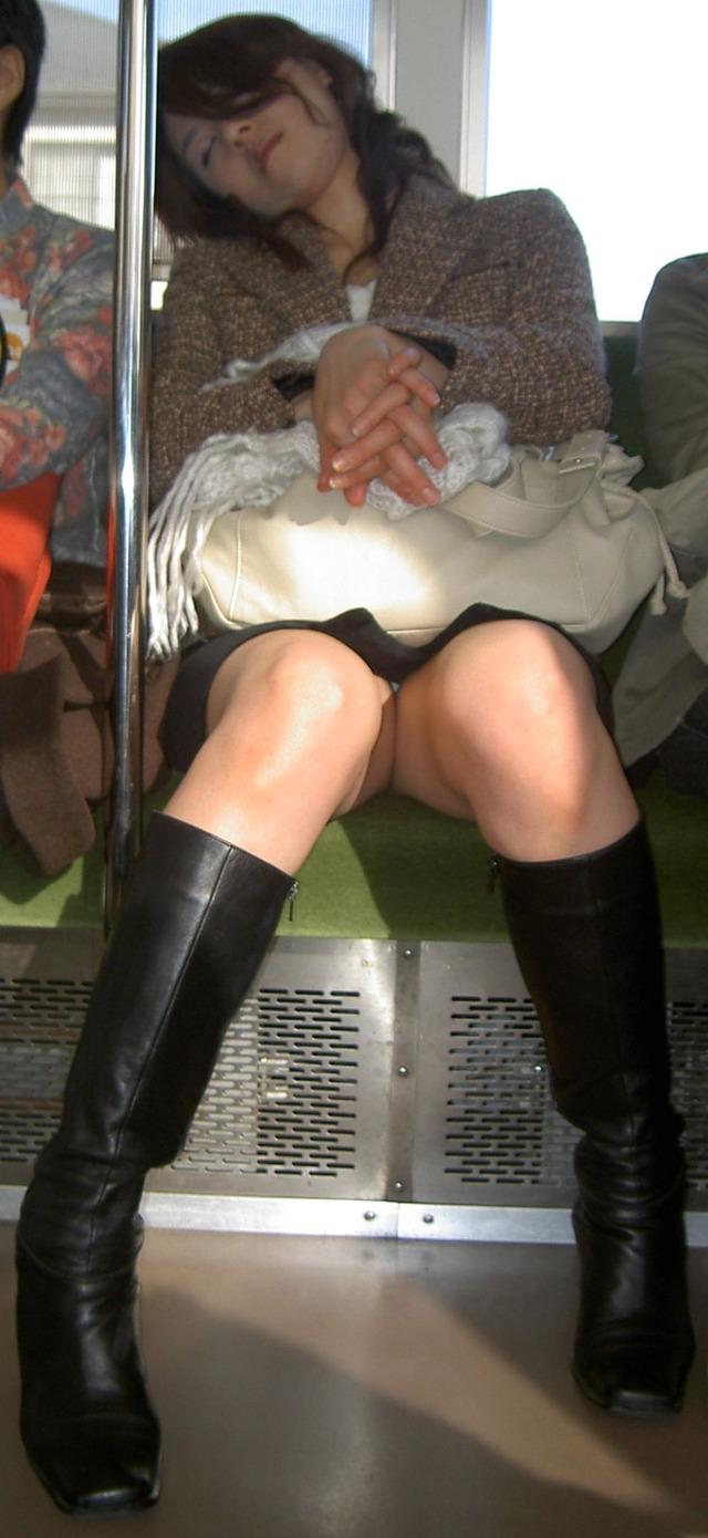 【電車内盗撮エロ画像】電車内で見つけた胸チラ、パンチラ集めてみたぞ! 36