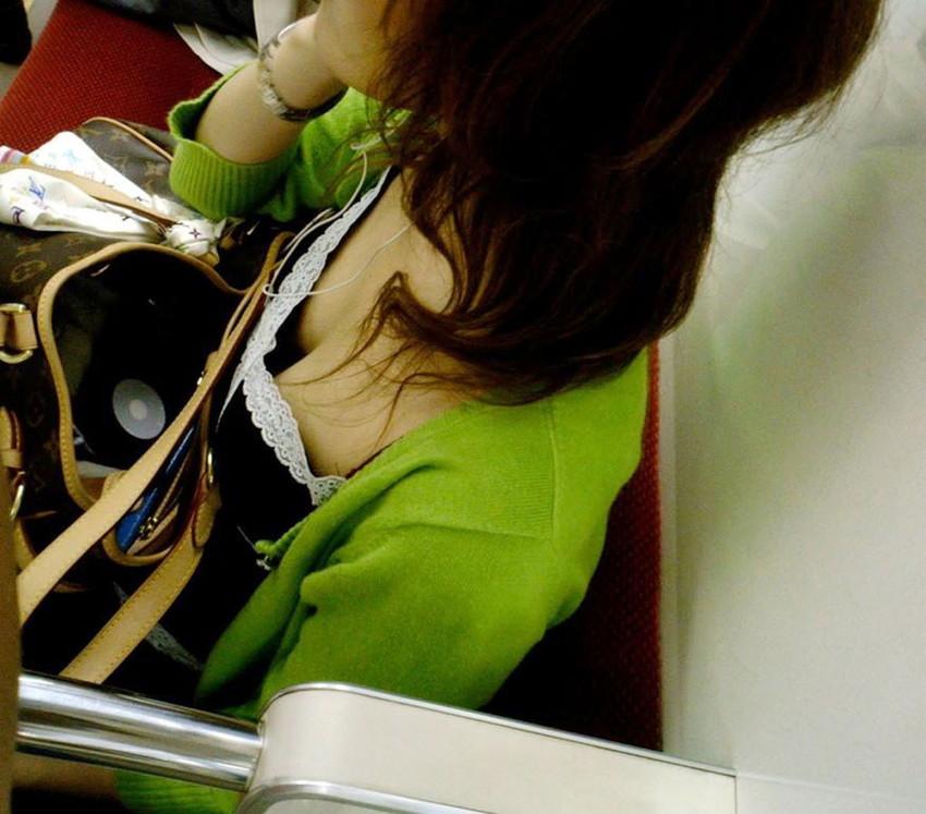 【電車内盗撮エロ画像】電車内で見つけた胸チラ、パンチラ集めてみたぞ! 38