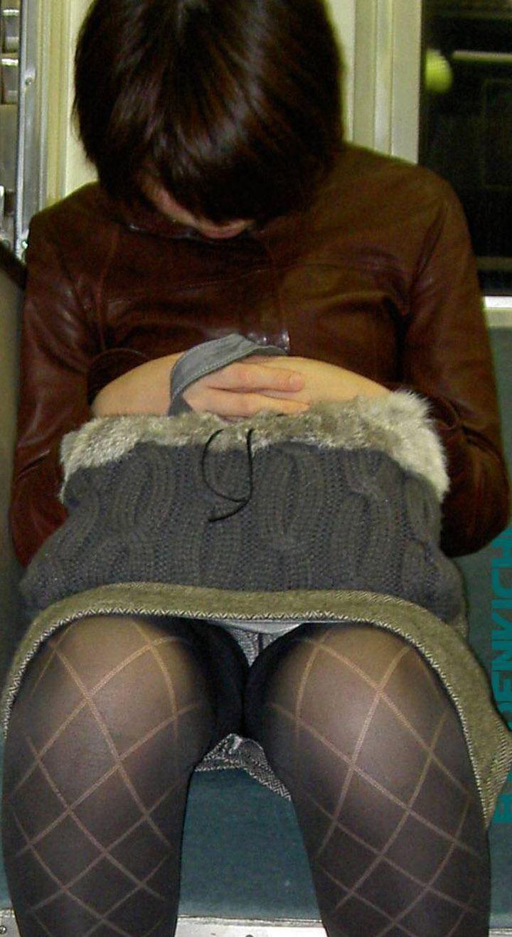 【電車内盗撮エロ画像】電車内で見つけた胸チラ、パンチラ集めてみたぞ! 39