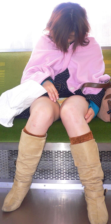 【電車内盗撮エロ画像】電車内で見つけた胸チラ、パンチラ集めてみたぞ! 48