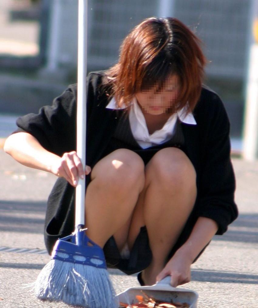 【パンチラエロ画像】街中で油断してパンチラしている女の子たちを激写したったww 03