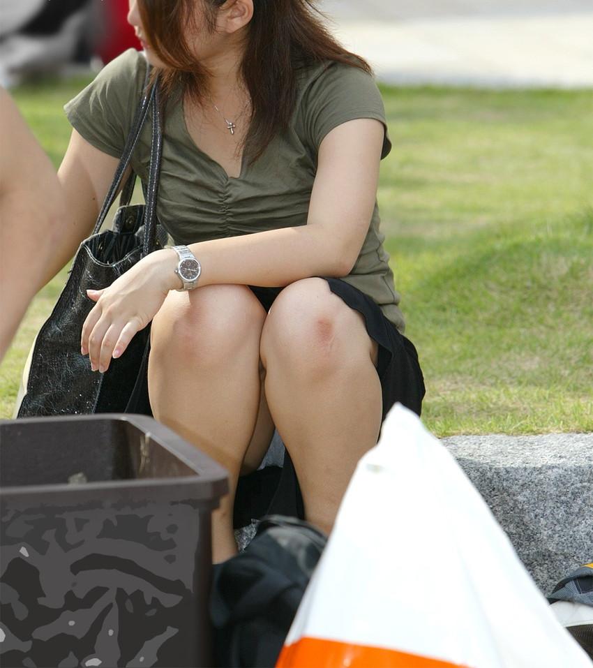 【パンチラエロ画像】街中で油断してパンチラしている女の子たちを激写したったww 04