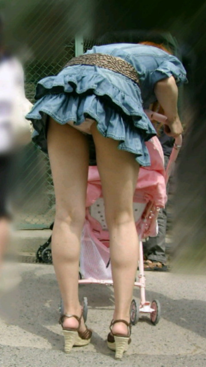【パンチラエロ画像】街中で油断してパンチラしている女の子たちを激写したったww 08