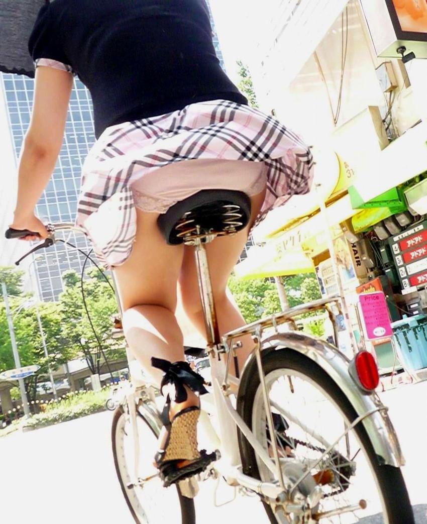 【パンチラエロ画像】街中で油断してパンチラしている女の子たちを激写したったww 09