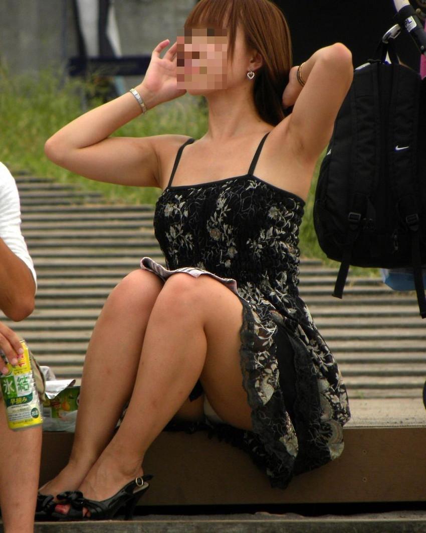 【パンチラエロ画像】街中で油断してパンチラしている女の子たちを激写したったww 12