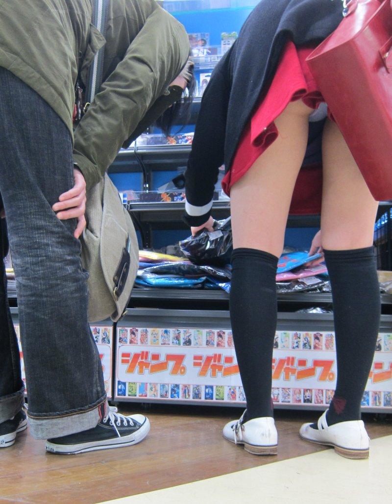 【パンチラエロ画像】街中で油断してパンチラしている女の子たちを激写したったww 13
