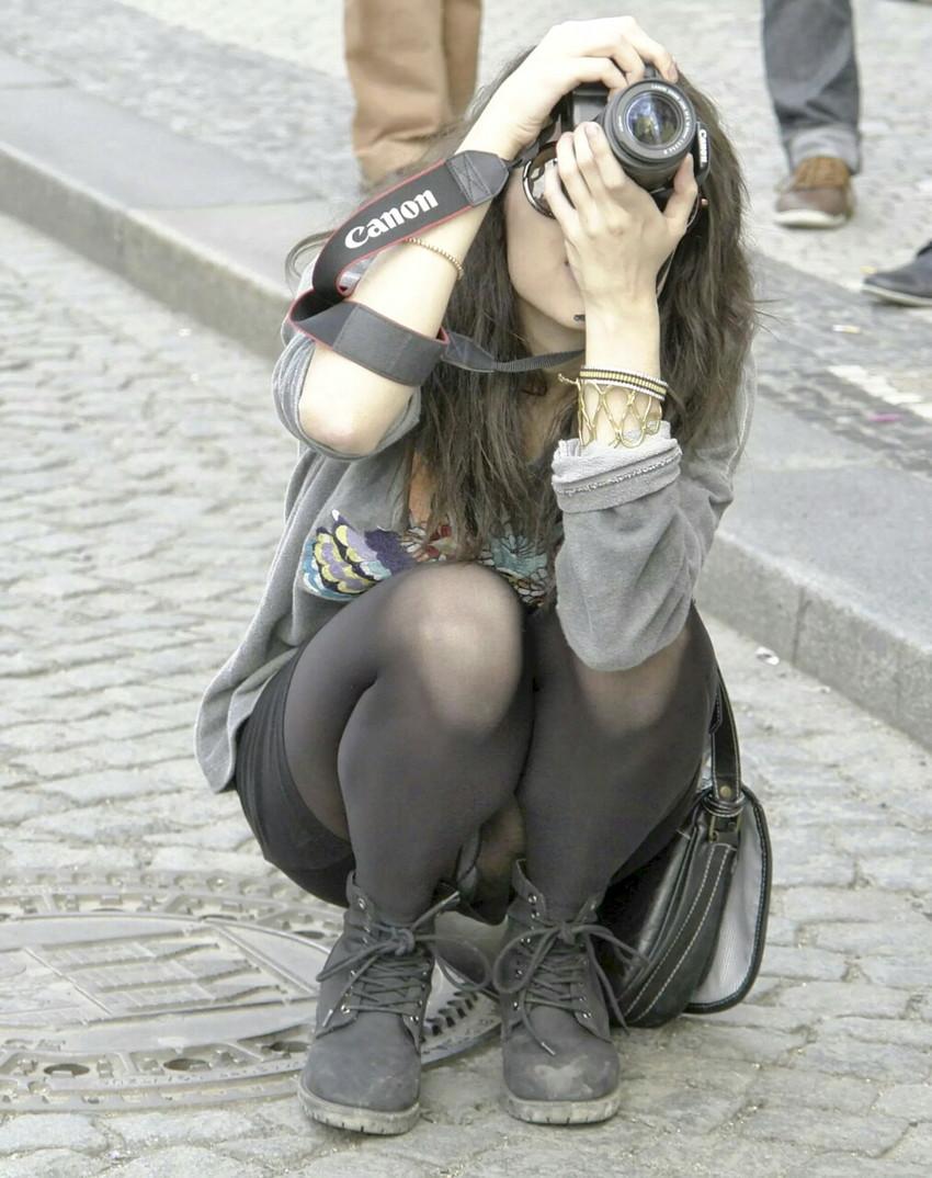 【パンチラエロ画像】街中で油断してパンチラしている女の子たちを激写したったww 16
