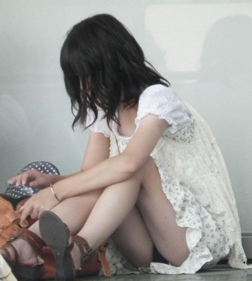 【パンチラエロ画像】街中で油断してパンチラしている女の子たちを激写したったww 22