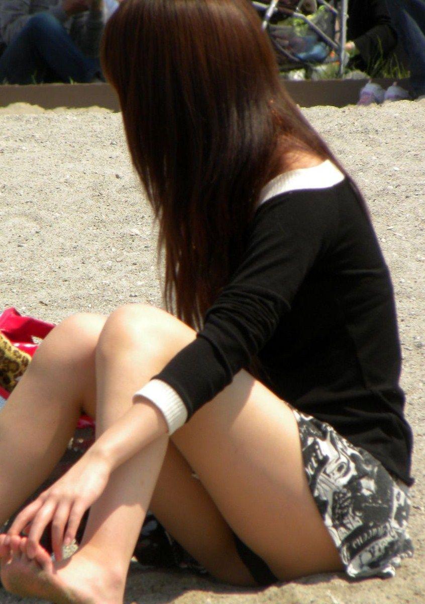 【パンチラエロ画像】街中で油断してパンチラしている女の子たちを激写したったww 23