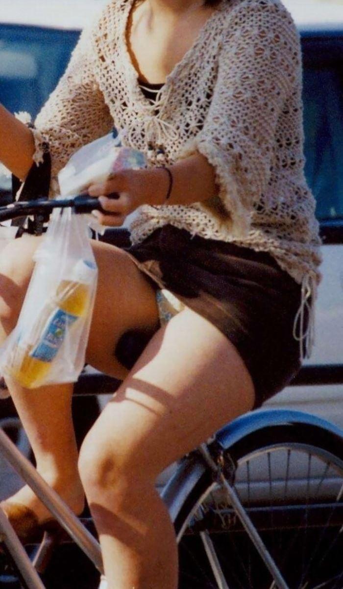 【パンチラエロ画像】街中で油断してパンチラしている女の子たちを激写したったww 29