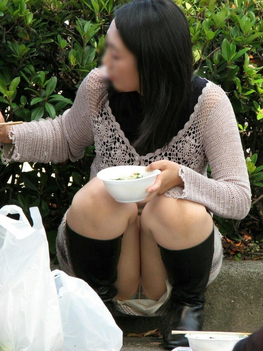 【パンチラエロ画像】街中で油断してパンチラしている女の子たちを激写したったww 36