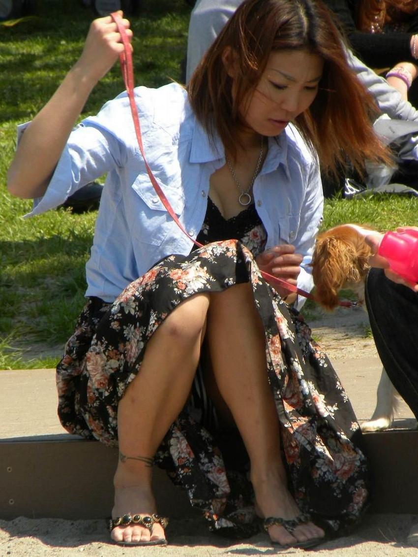 【パンチラエロ画像】街中で油断してパンチラしている女の子たちを激写したったww 39