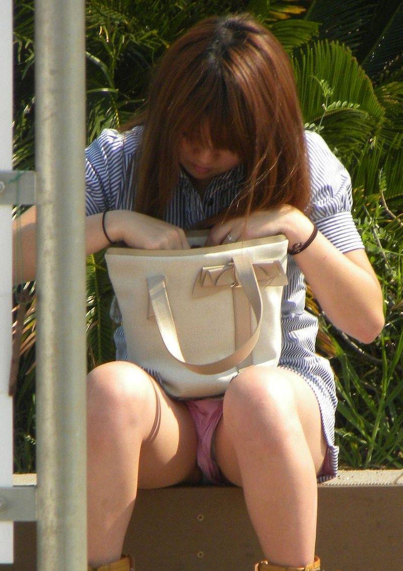 【パンチラエロ画像】街中で油断してパンチラしている女の子たちを激写したったww 46