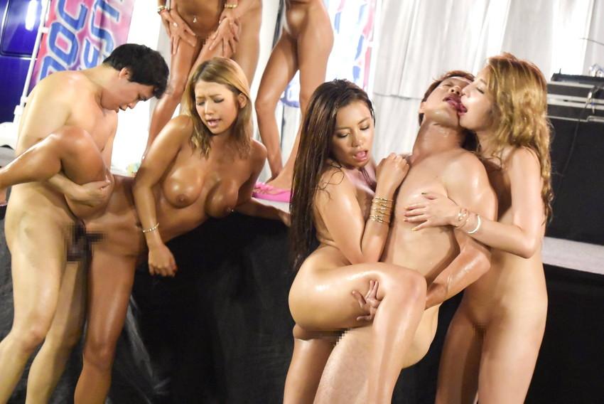 【複数プレイエロ画像】複数人の男女が集まってまとめてセックスした結果w 25