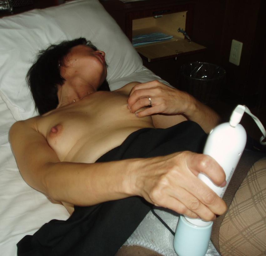 【電マオナニーエロ画像】電マの超しびれる刺激に股間を濡らしてイキまくり! 05