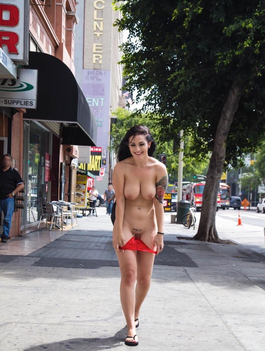 【海外露出プレイエロ画像】野外でお披露目!?海外美女たちの見事な裸体! 07