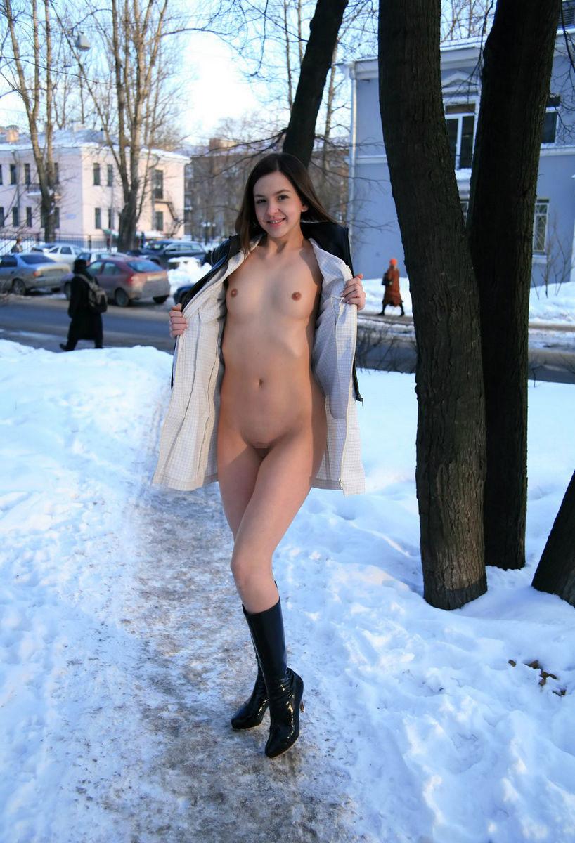 【海外露出プレイエロ画像】野外でお披露目!?海外美女たちの見事な裸体! 12