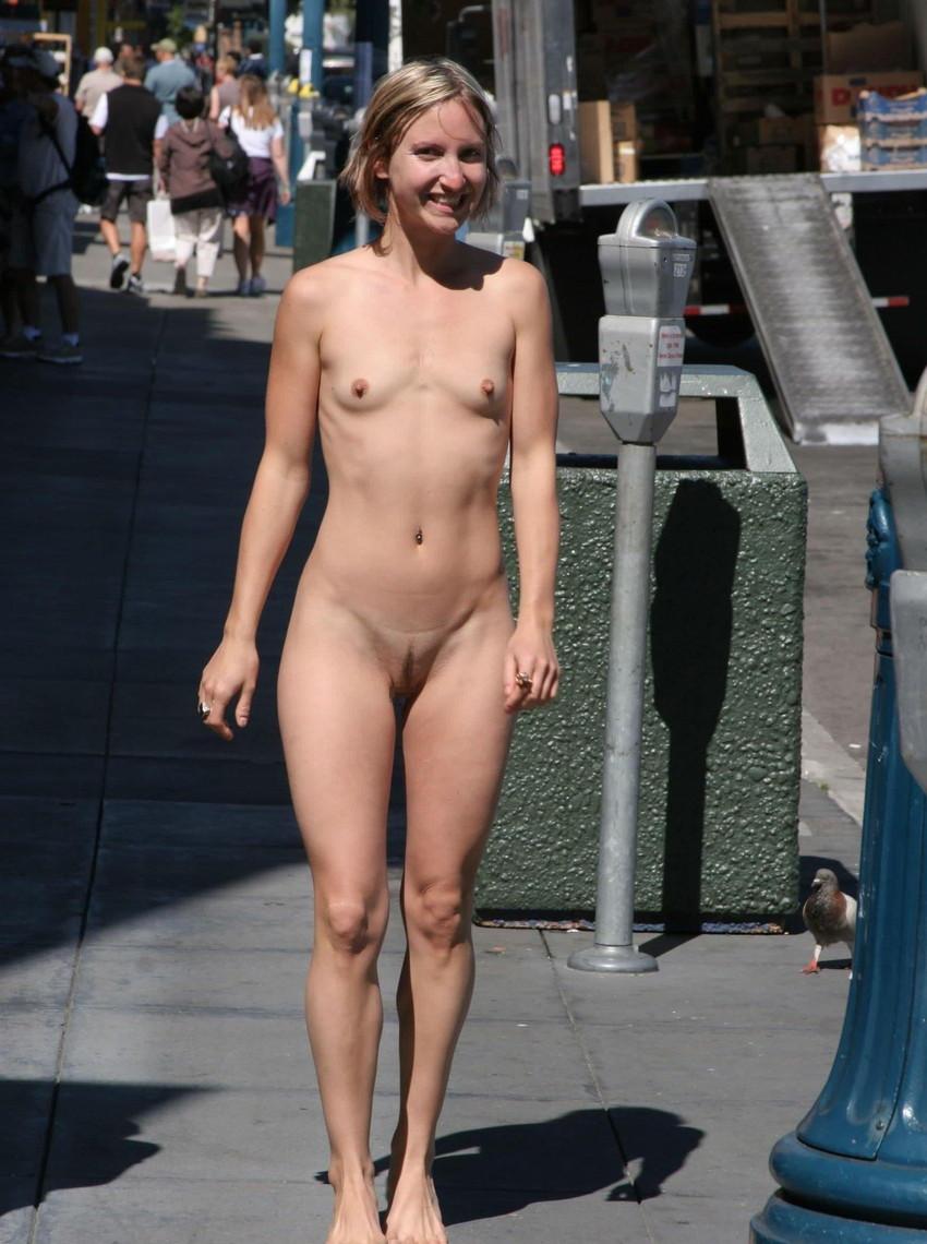 【海外露出プレイエロ画像】野外でお披露目!?海外美女たちの見事な裸体! 27