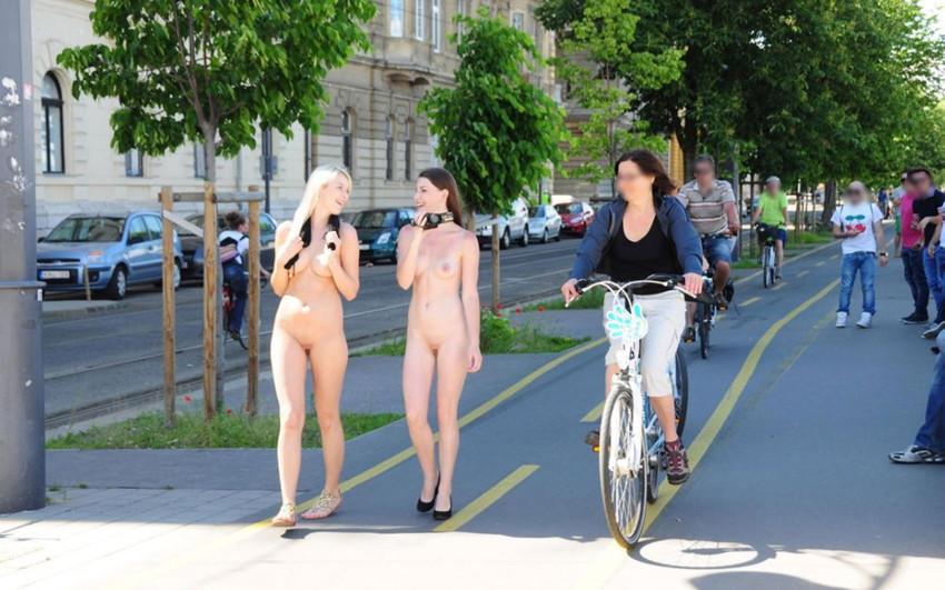 【海外露出プレイエロ画像】野外でお披露目!?海外美女たちの見事な裸体! 37