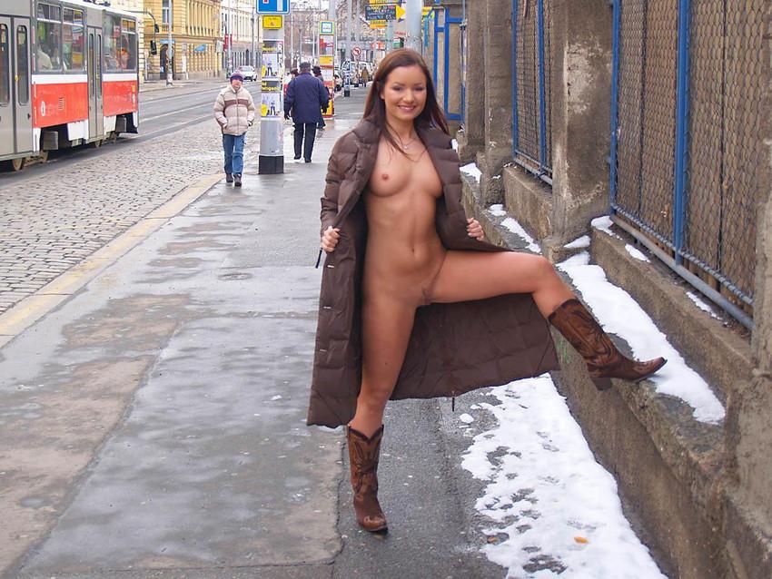 【海外露出プレイエロ画像】野外でお披露目!?海外美女たちの見事な裸体! 38