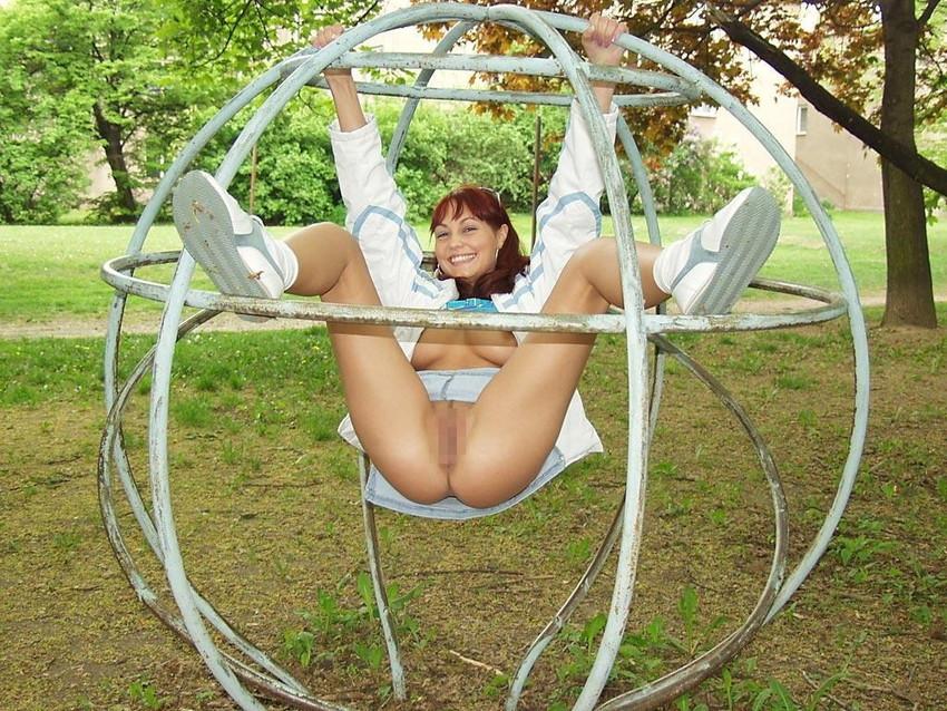 【海外露出プレイエロ画像】野外でお披露目!?海外美女たちの見事な裸体! 45