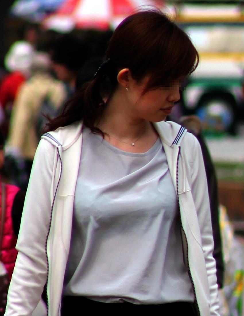 【素人着衣透けエロ画像】街中で着衣が透けて下着が見えてしまっている素人まんさんww 12