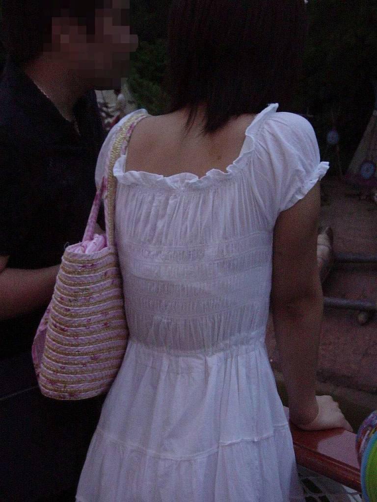 【素人着衣透けエロ画像】街中で着衣が透けて下着が見えてしまっている素人まんさんww 20