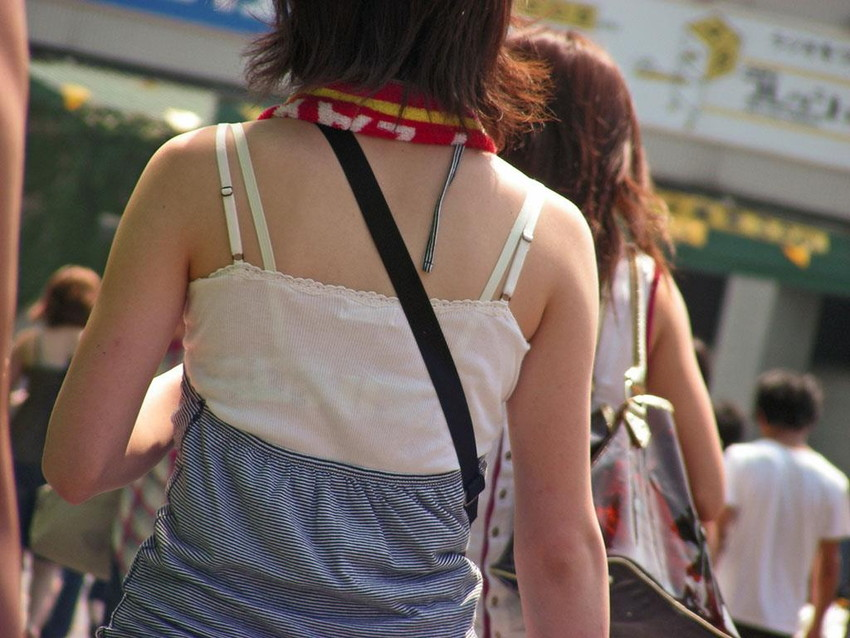 【素人着衣透けエロ画像】街中で着衣が透けて下着が見えてしまっている素人まんさんww 31