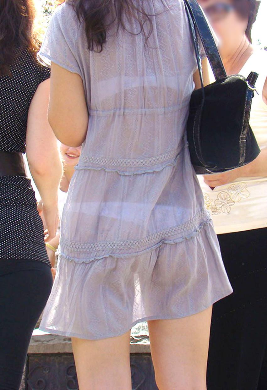 【素人着衣透けエロ画像】街中で着衣が透けて下着が見えてしまっている素人まんさんww 32