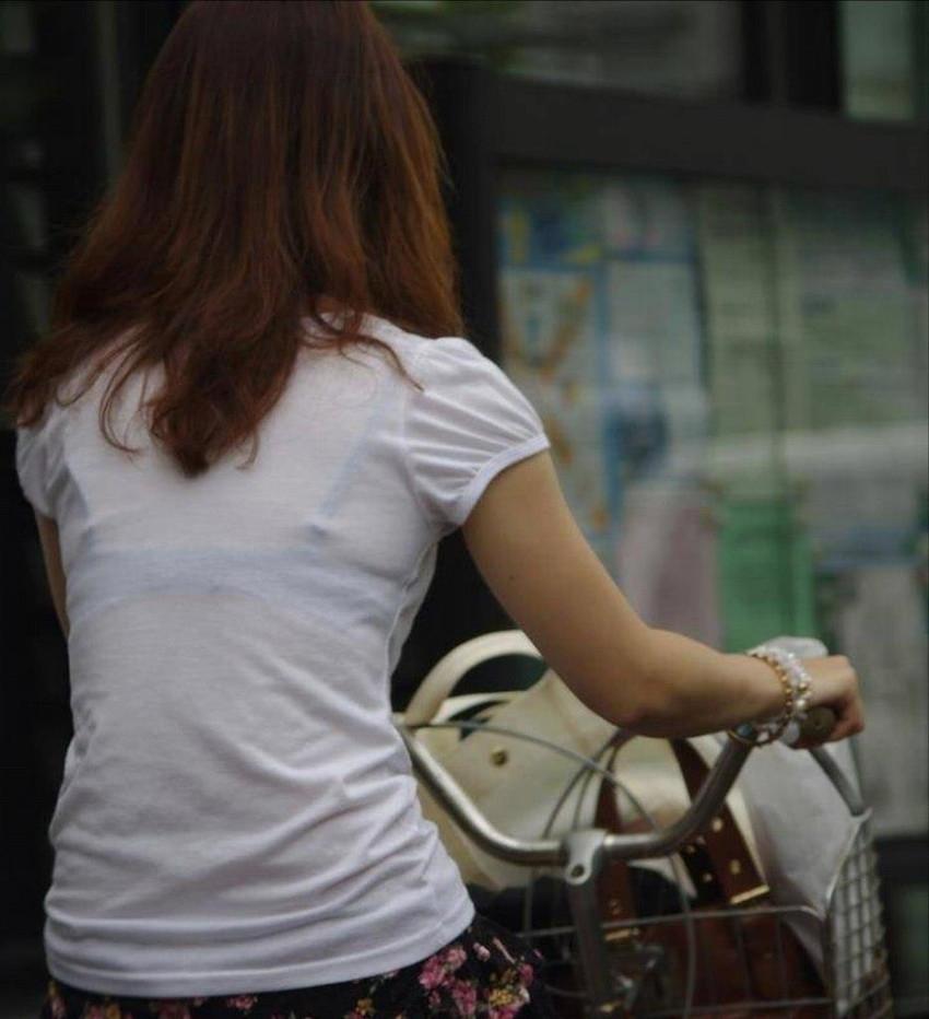 【素人着衣透けエロ画像】街中で着衣が透けて下着が見えてしまっている素人まんさんww 41