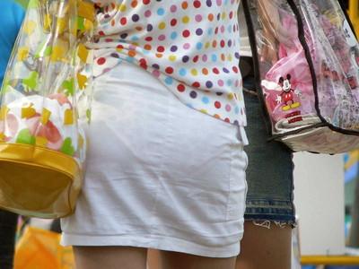 【素人着衣透けエロ画像】街中で着衣が透けて下着が見えてしまっている素人まんさんww 16