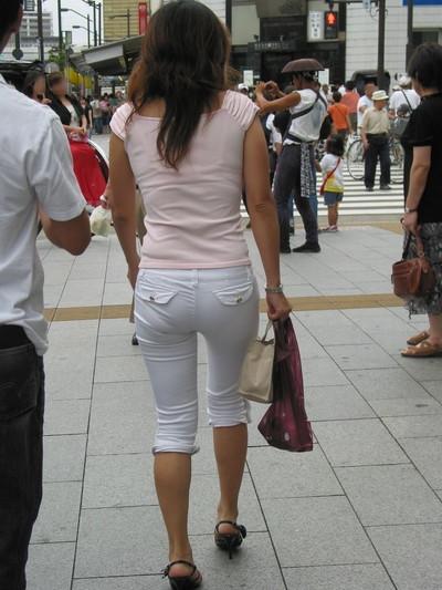 【素人着衣透けエロ画像】街中で着衣が透けて下着が見えてしまっている素人まんさんww 17