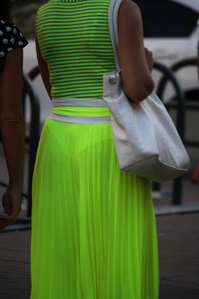 【素人着衣透けエロ画像】街中で着衣が透けて下着が見えてしまっている素人まんさんww 22