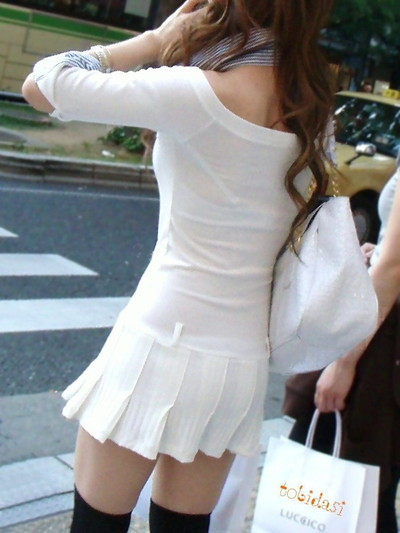 【素人着衣透けエロ画像】街中で着衣が透けて下着が見えてしまっている素人まんさんww 48