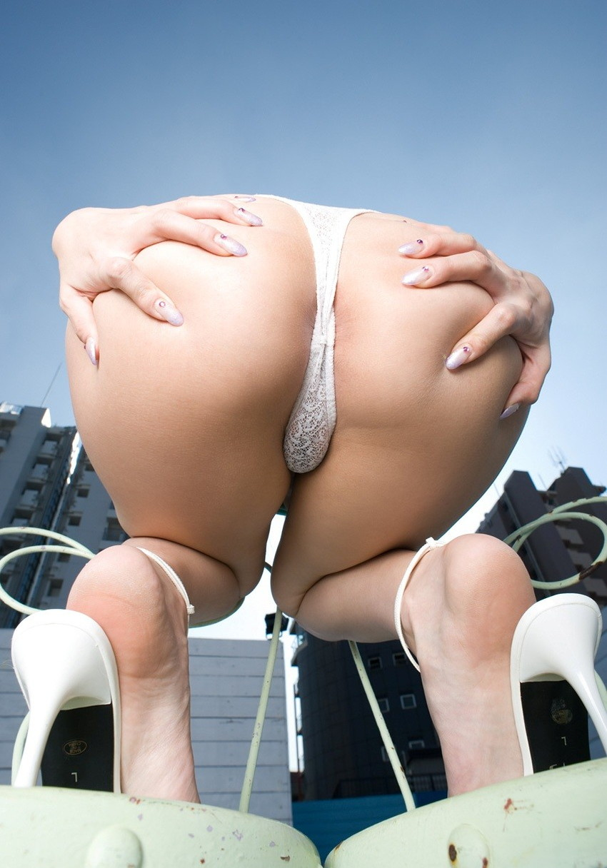【Tバックエロ画像】セクシーダイナマイツ!!Tバックパンティーが食い込む美尻! 19
