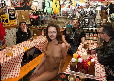 裸体で働くスレンダー美女の外国人エ□画像